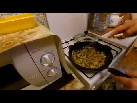 Омлет 2. С луком, картофелем, маринованными огурцами и чесноком.