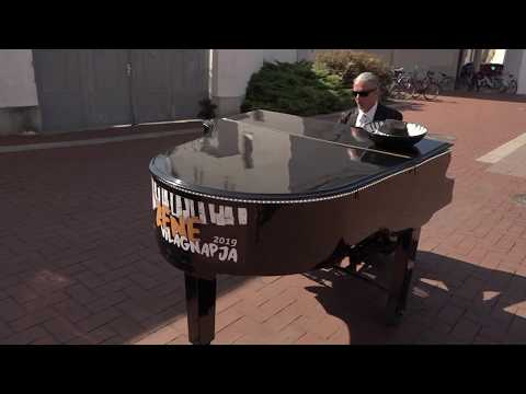 Október 1. A Zene Világnapja Mr. Pianoval