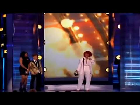 Justin Bieber presenta a Rihanna como ganadora del premio