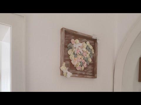 Wand Deko aus Papierblumen und einem Tablett