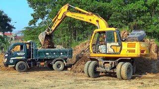 Bé xem máy xúc múc đất lên xe ô tô tải ben nhỏ | Nhạc thiếu nhi : Cháu lên ba | Tientube TV
