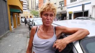 Voz das Ruas: conheça o talento de Emily, moradora de rua de Florianópolis