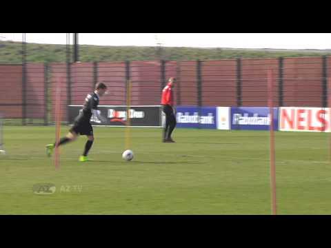 Van Basten traint aanvallers AZ-jeugd