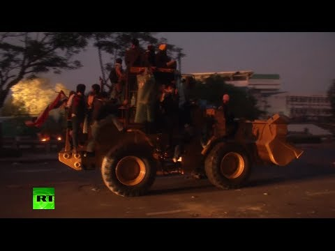 Video: Protesters steal front loader to break into Govt House in Thailand