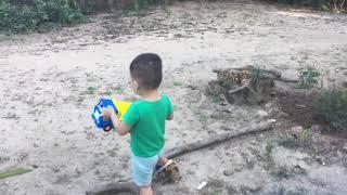 Bé Chơi xúc cát