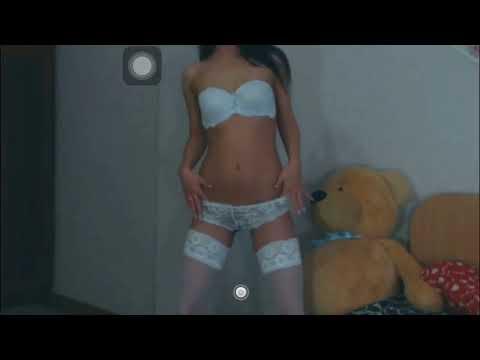 Секси девушка танцует перед камерой