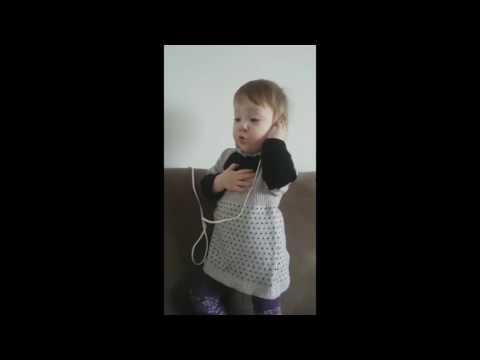 Маленькая девочка прикольно копирует свою маму