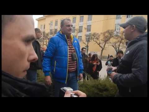 Провокатор на встрече с Навальным в Волгограде кинул бутылку в штаб Навального
