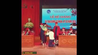 HOT-Giảng viên Đại học quỳ gối cầu hôn nữ sinh trong ngày tốt nghiệp