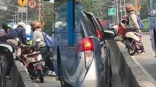 Video Viral Seorang Pengendara Ditinggal usai Bahu-membahu Angkat Motor ke Luar Jalur Transjakarta