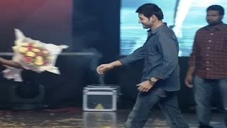 super-star-mahesh-babu-dashing-entry-on-stage-srimanthudu-success-meet-live-exclusive