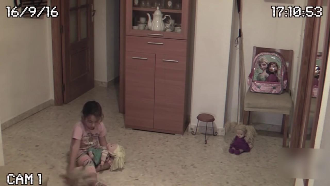 Ожившая кукла: маленькая девочка живет в доме с призраками