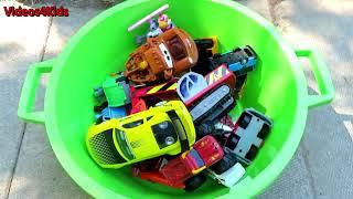 たくさんのおもちゃの車のおもちゃの車子供の車のコレクションのビデオ車を学ぶ