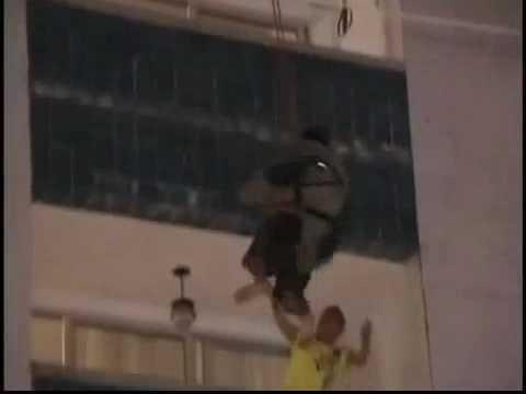 Brasile – Ubriaco si lancia dal balcone, il pompiere lo salva