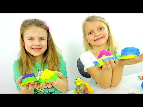 Видео детям. Стефания и Ксюша строят  Замки! Кинетический песок и пластилин Плей-До.