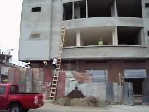 土の入ったバケツを1階から4階までラクに持ち上げる方法とは?!