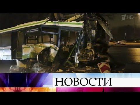 В Москве выясняют обстоятельства аварии при участии рейсового автобуса и легкового автомобиля.