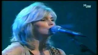 Watch Emmylou Harris Boy From Tupelo video