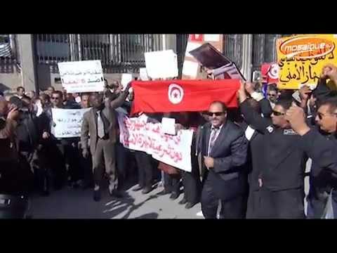 image vid�o أمام وزارة الداخلية:رجال الأمن يطردون راضية النصراوي