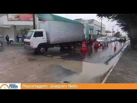 Buraco na Avenida João Durval causa lentidão no trânsito