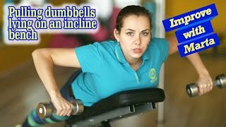 Pulling dumbbells lying on an incline bench - Improve with Marta