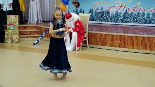download lagu Little Russian Girl Dancing On Indian Song  Aaja gratis