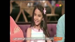 نور بتقلد أحمد حلمى فى مشهد من فيلم عسل اسود