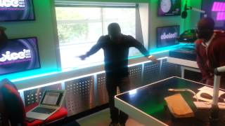 Kevin Hart does the Azonto on Choice Breakfast