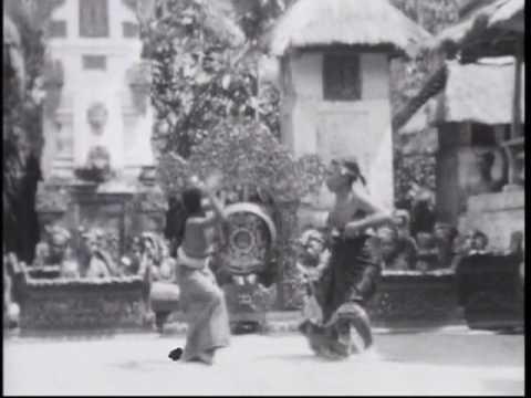 Ida Boda of Kaliungu teaching légong (Part 1)