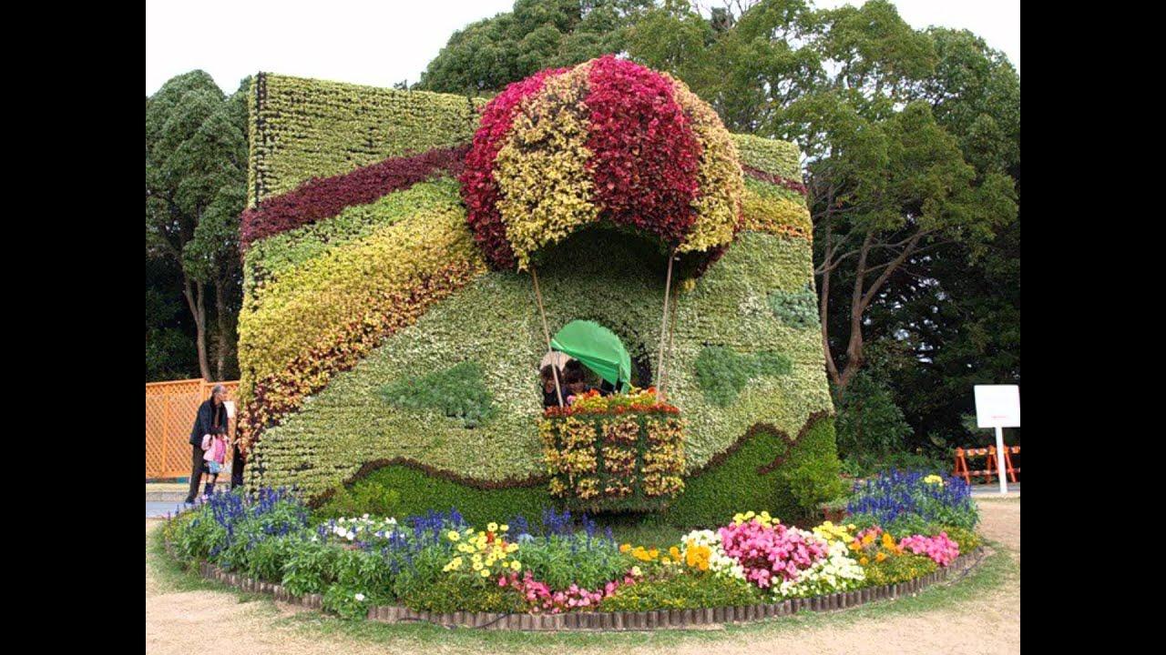 Композиция цветов в саду живое