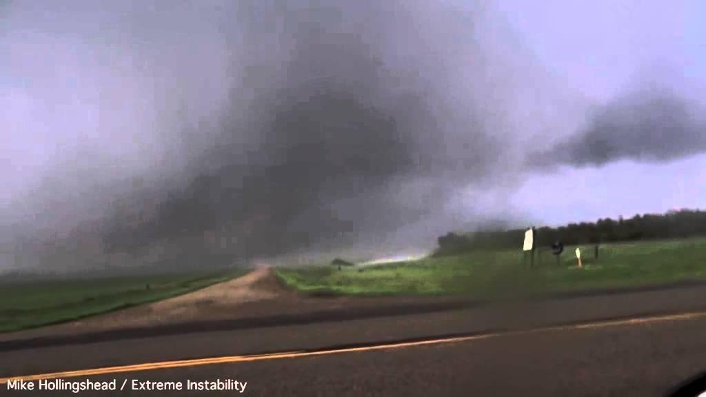 Nos llegan nuevas imágenes de cazatornados. La verdad es que el riesgo es máximo al acercarse tanto a las zonas de succión de los tornados. Las imágenes nos lo dejan claro. Fueron tomadas viajando por los EE.UU hace escasos días.