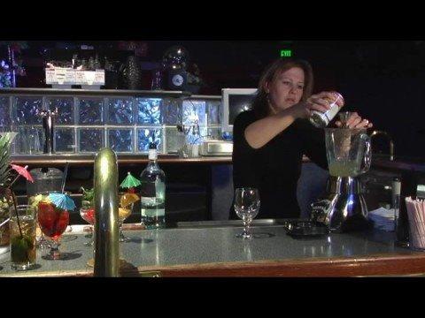 Recetas De Bebidas Hechas Con Ron : Preparación de una piña colada