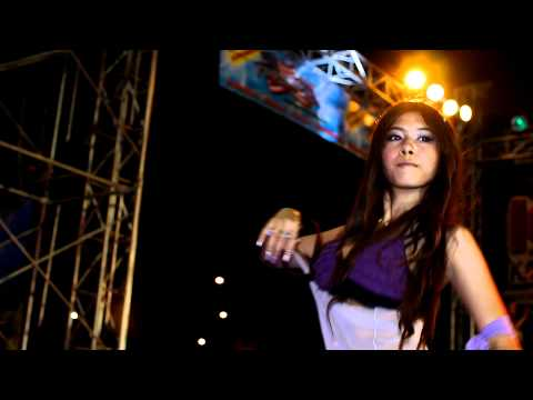 Bangkok Motor Show 2011 – Sexy coyote dancer in purple top