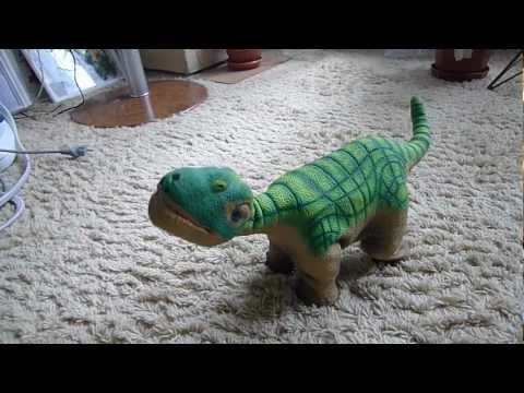 Динозаврик Плео поёт.