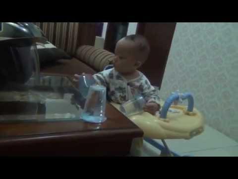 Bilal mainin gelas plastik & sedotan - 2013.10.11