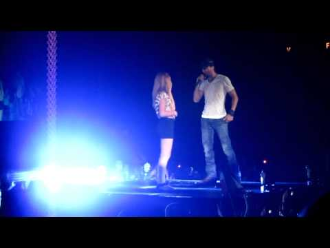 Enrique Iglesias - Hero with Fan - Live at AC Taj Mahal 2011