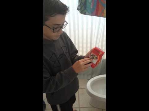 Se llama Quinn Sheeran y desarrolló un desodorante que ofrece música cuando se le quita la tapa