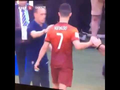 Joachim Loew wręcza prezent Cristiano Ronaldo