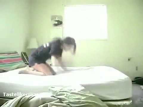 بنت جابة العيد في غرفة النوم
