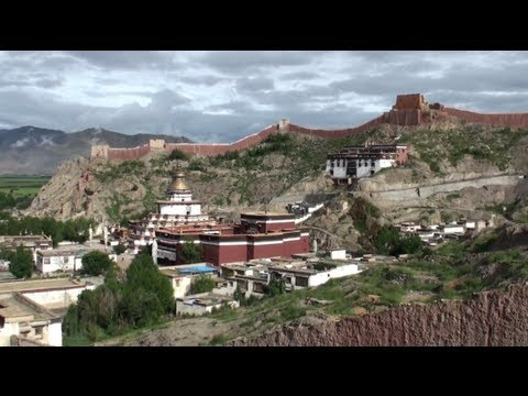 The Pelkor Chode monastery and the old town of Gyantse (Tibet - China)