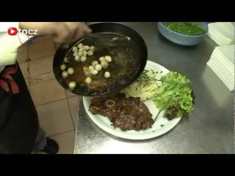 Jehněčí steak s jarními cibulkami a smetanovými bramborami