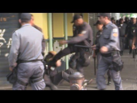 Flagrante de cineasta canadense sendo espancado e roubado por PMs no Rio