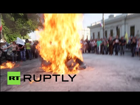 RAW:  Tires on fire as protesters rally against economic crisis in Kiev