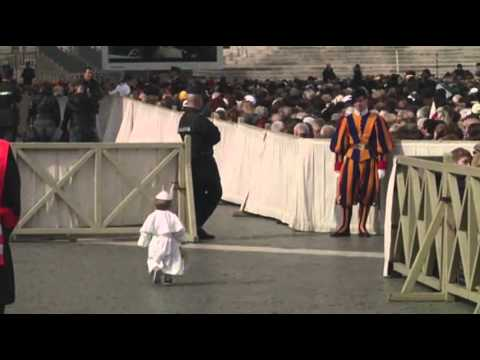 Raw: Pope Francis Greets Costumed 'Mini Me'
