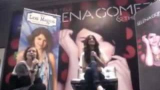 "Selena Gomez sings ""Naturally"" a capella in Madrid, Spain"