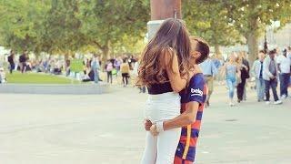 El doble de Neymar que sale a la calle a besar mujeres