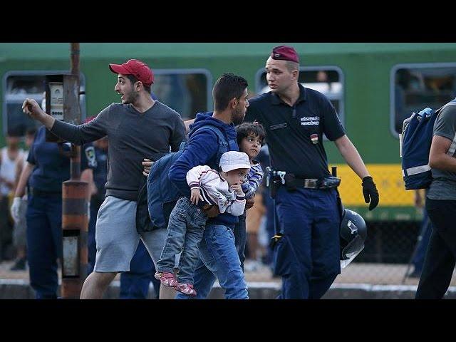 پناهجویان پنج شنبه شب را در قطار بوداپست می گذرانند