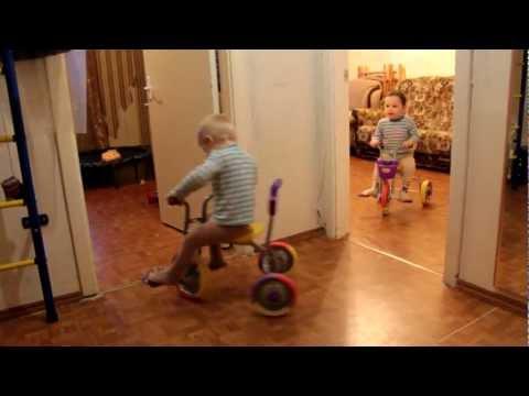 2012-11-18 Дети двойняшки мальчики на велосипедах