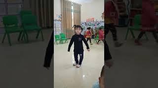 Bé múa ở Trường Mầm non (Cún Linh)