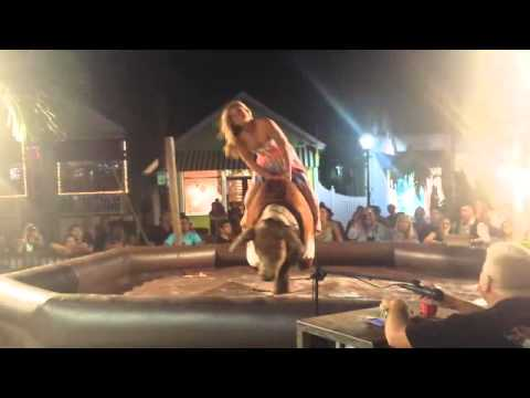 Пьяная девушка отжигает на быке